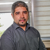 Cesar kuhn, Jefe de servicios financieros